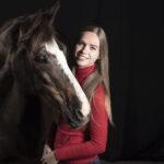 Paard en verzorgster